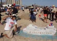O artista cria a escultura da areia na praia de Coney Island durante a 27a areia anual de Coney Island que esculpe a competição Foto de Stock