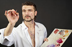 O artista criativo com paleta e escovas olha para Fotos de Stock Royalty Free