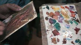 O artista criativo real mistura a pintura para tirar 4k subterrâneo vídeos de arquivo