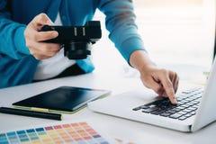 O artista da foto e o desginer do gráfico estão trabalhando imagens de stock