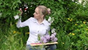 O artista da menina- na perspectiva dos lilás no jardim vídeos de arquivo