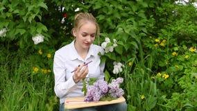 O artista da menina- na perspectiva dos lilás no jardim video estoque