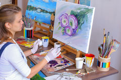 O artista da menina senta-se com de volta à câmera e tira-se a imagem do óleo com Fotografia de Stock Royalty Free
