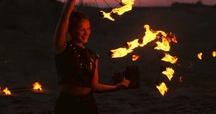 O artista da mostra do fogo respira o fogo na obscuridade na constru??o do abandono, movimento lento Fogo na forma do coração filme