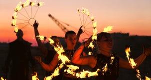 O artista da mostra do fogo respira o fogo na obscuridade na constru??o do abandono, movimento lento Fogo na forma do coração video estoque