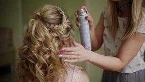 O artista de composição endurece o cabelo do ` s da noiva Composição profissional para a mulher com a cara nova saudável skin-2 vídeos de arquivo