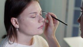 O artista de composição faz a jovem mulher da composição video estoque