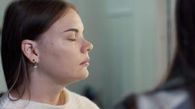 O artista de composição faz a jovem mulher da composição filme