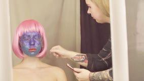 O artista de composição que dispara na cara do modelo video estoque
