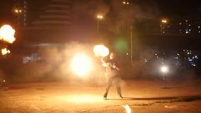 O artista do circo torce ao redor uma tocha enorme em slowmotion video estoque