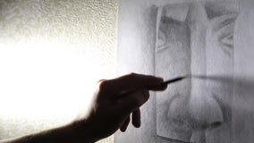 O artista do homem tira um nariz com um lápis HD 1920x1080p da grafite filme