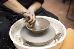 O artista faz a cerâmica da argila em uma roda da rotação imagem de stock royalty free