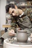O artista faz a cerâmica da argila em uma roda da rotação fotografia de stock royalty free