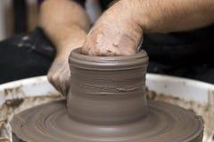 O artista faz a cerâmica da argila em uma roda da rotação imagens de stock royalty free