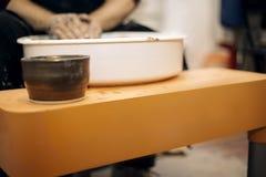 O artista masculino faz a cerâmica da argila em uma roda da rotação foto de stock royalty free