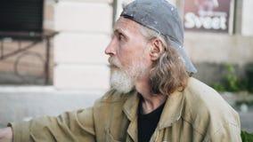 O artista na rua olha com cuidado em sua imagem e tira com cuidado os detalhes close-up do artista filme