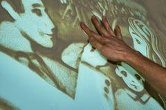 O artista pinta a areia ilustração stock