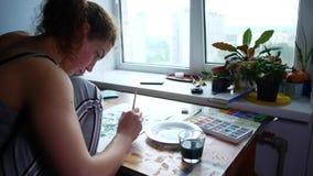 O artista pinta no papel em casa video estoque