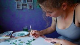 O artista pinta no papel em casa filme