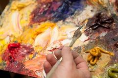 O artista pinta o sol Fotos de Stock