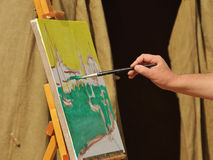 O artista pinta uma imagem Foto de Stock