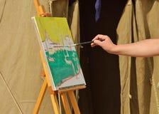O artista pinta uma imagem Fotos de Stock