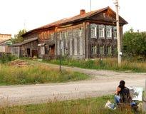 O artista pinta uma imagem das casas velhas da vila fotografia de stock