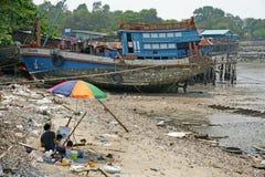 O artista tira um barco de pesca Imagens de Stock