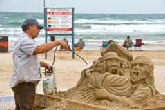 O artista trabalha na praia Fotos de Stock Royalty Free