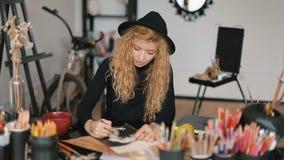O artista trabalha no desenho vídeos de arquivo
