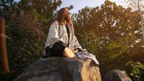 O Ascetic medita sobre a pedra video estoque