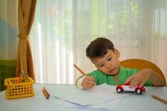 O asiático 3 anos caçoa o brinquedo carl do desenho e do jogo para relaxar Imagens de Stock Royalty Free