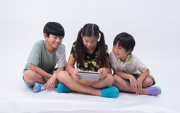 O asiático caçoa a tabuleta do jogo fotos de stock