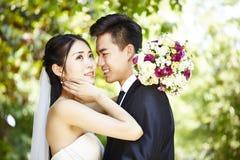 O asiático loving novo-wed fotos de stock