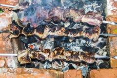 O assado do no espeto no carvão de pedra do forno dos espetos queimou-se Fotos de Stock