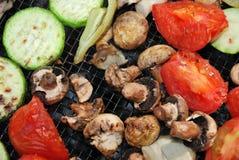O assado dos vegetais prepara-se no incêndio imagem de stock