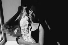 O assento da noiva guarda o vestido de casamento Fotografia de Stock Royalty Free