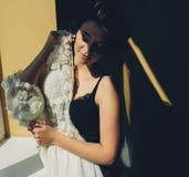 O assento da noiva guarda o vestido de casamento foto de stock