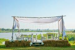 O assento exterior romântico, o restaurante exterior entre a natureza e o beira-rio Imagem de Stock Royalty Free