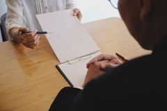 O assessor legal apresenta ao cliente que um contrato assinado com deu Fotos de Stock Royalty Free