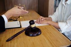 O assessor legal apresenta ao cliente que um contrato assinado com deu Fotografia de Stock