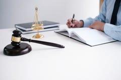 O assessor legal apresenta ao cliente que um contrato assinado com deu Imagens de Stock