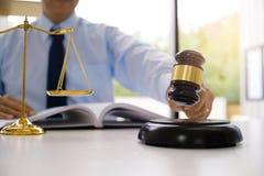 O assessor legal apresenta ao cliente que um contrato assinado com deu Imagem de Stock