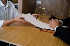 O assessor legal apresenta ao cliente que um contrato assinado com deu Foto de Stock Royalty Free