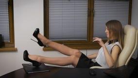 O assistente da menina decidiu tomar uma ruptura Foi confundida do trabalho, relaxado e começou a sonhar sobre algo vídeos de arquivo