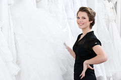 O assistente de loja seleciona o vestido Fotos de Stock Royalty Free