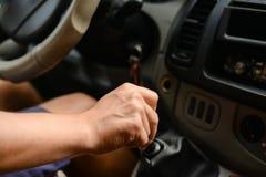 O assistente do motorista que desloca a vara de engrenagem no carro Imagem de Stock