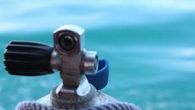 o assistente liga com o cilindro de oxigênio da corda para mergulhar ao barco vídeos de arquivo