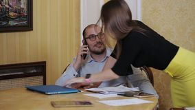 O assistente seduz o chefe no escritório O secretário tenta seduzir seu chefe video estoque