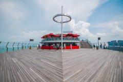 O assoalho de madeira da plataforma de observação do parque do céu em Singapura imagem de stock